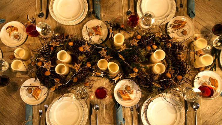 Mesa adornada para Navidad. :  de estilo  por MARIANGEL COGHLAN