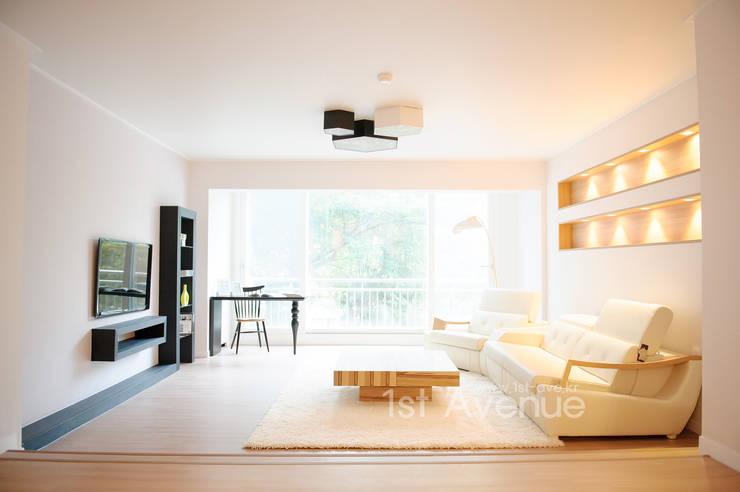 따뜻함이 가득한 홈카페 인테리어 : 퍼스트애비뉴의  거실