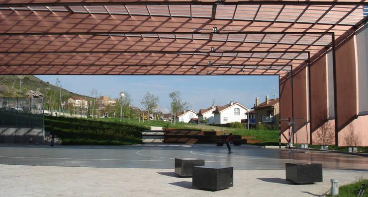 CUBIERTA PARA PISTA DEPORTIVA en Artica. Pamplona Jardines de estilo moderno de asieracuriola arquitectos en San Sebastian Moderno Madera Acabado en madera