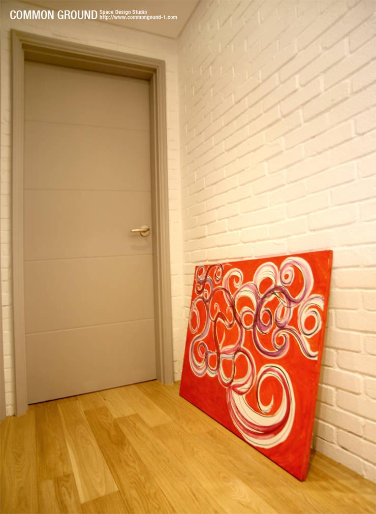 방배동 빌라 리모델링 15PY (신혼집 인테리어): 커먼그라운드의  복도 & 현관