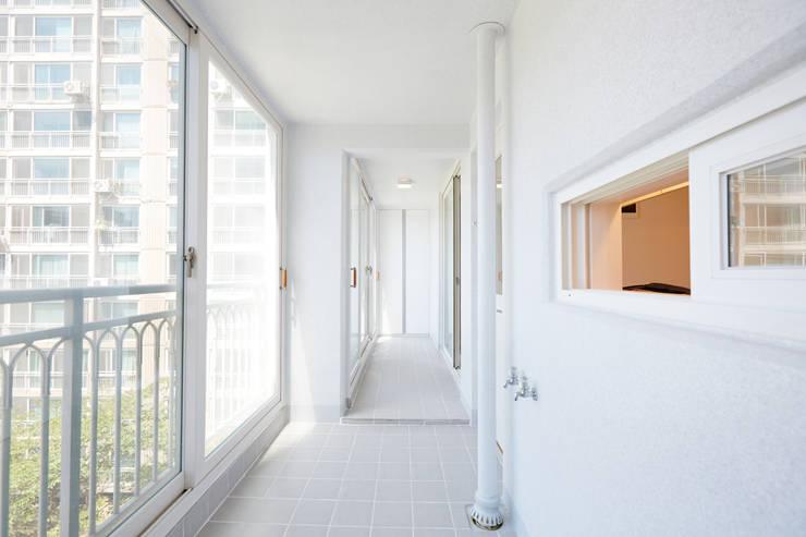 마북동 LG 자이아파트 리모델링 (Before & After): DESIGNSTUDIO LIM_디자인스튜디오 림의  베란다