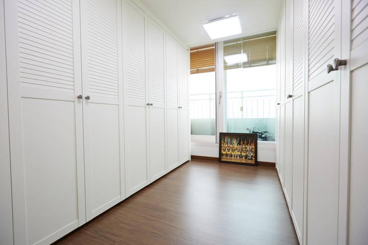 잠실파크리오 아파트 리모델링 (Before & After): DESIGNSTUDIO LIM_디자인스튜디오 림의  드레스 룸