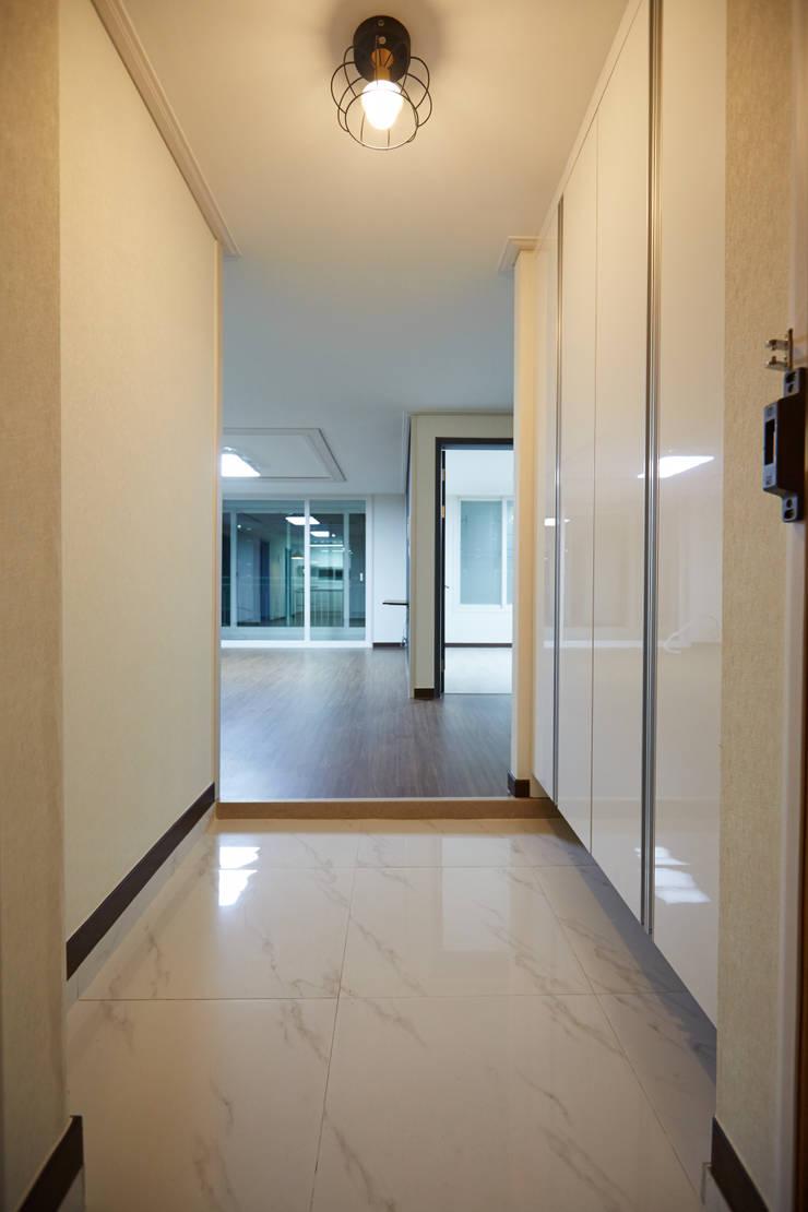 미아동 SK 북한산 시티 아파트 리모델링 (Before & After): DESIGNSTUDIO LIM_디자인스튜디오 림의  복도 & 현관