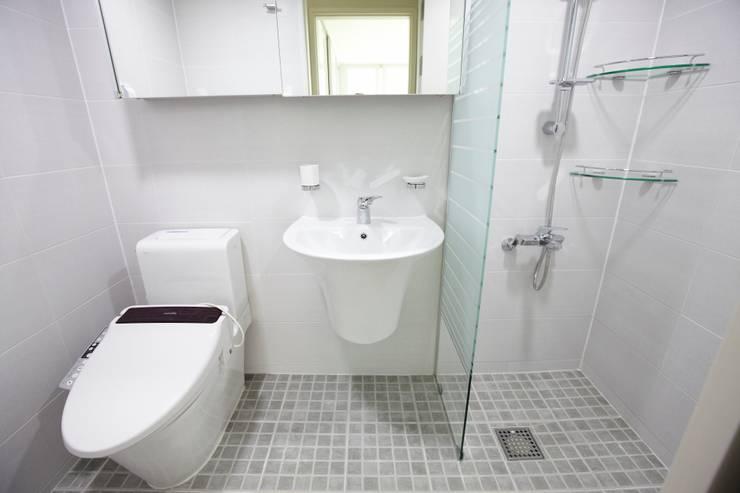 쌍령동 동성아파트 리모델링 (Before & After): DESIGNSTUDIO LIM_디자인스튜디오 림의  욕실