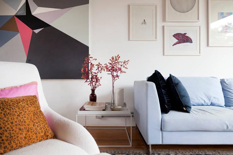 OPEN HOUSE | CECILIA E BETO: Sala de estar  por Casa de Valentina