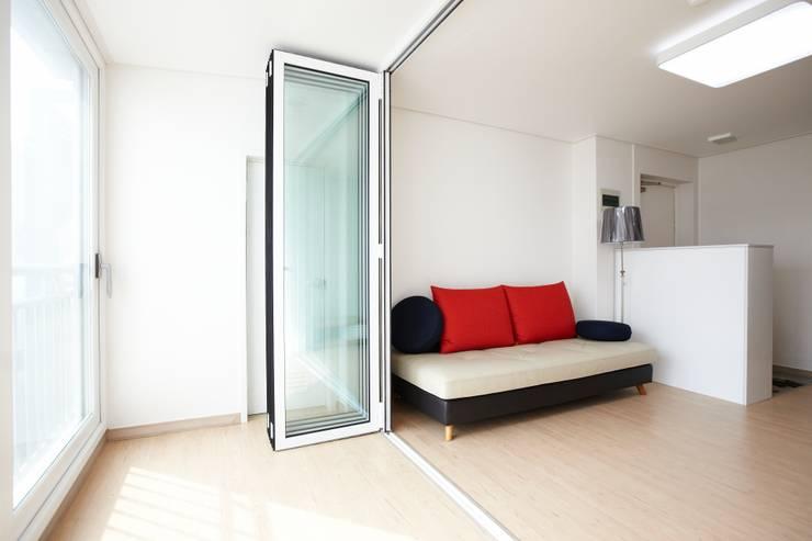 천호동 우정 아파트 리모델링 : DESIGNSTUDIO LIM_디자인스튜디오 림의  거실