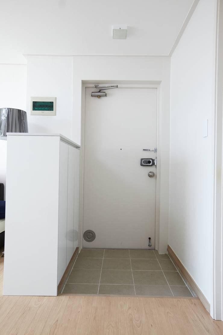 천호동 우정 아파트 리모델링 : DESIGNSTUDIO LIM_디자인스튜디오 림의  복도 & 현관
