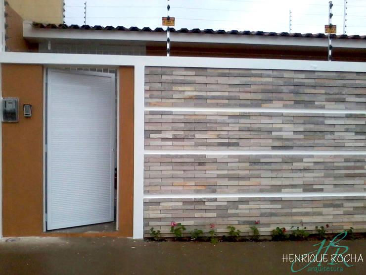 Fachada: Casas  por Henrique Rocha Arquitetura