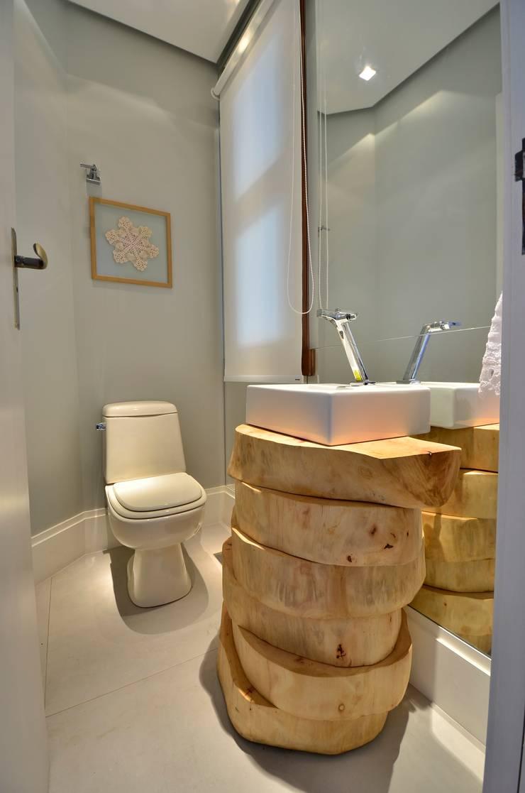 decoração despojada, acolhedora de linhas retas: Banheiros  por karen feldman arquitetos associados,
