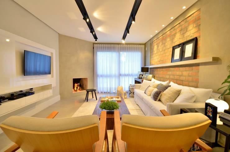 Salas de estilo moderno por karen feldman arquitetos associados