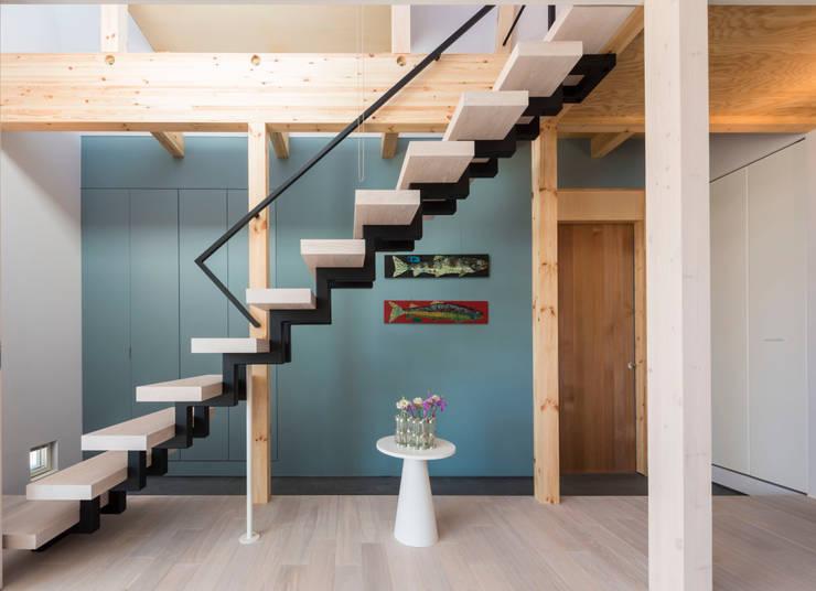 東員の家: ダトリエ一級建築士事務所 LLCが手掛けた廊下 & 玄関です。