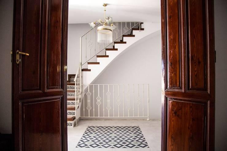 Pasillos y recibidores de estilo  por R22 ARQUITECTES. Pere Joan Pons