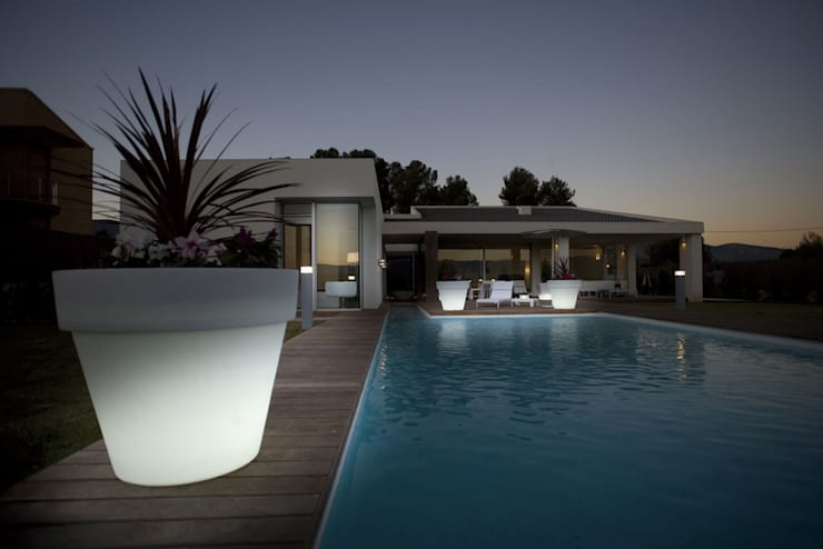 Piscinas de estilo  por Griscan diseño iluminación