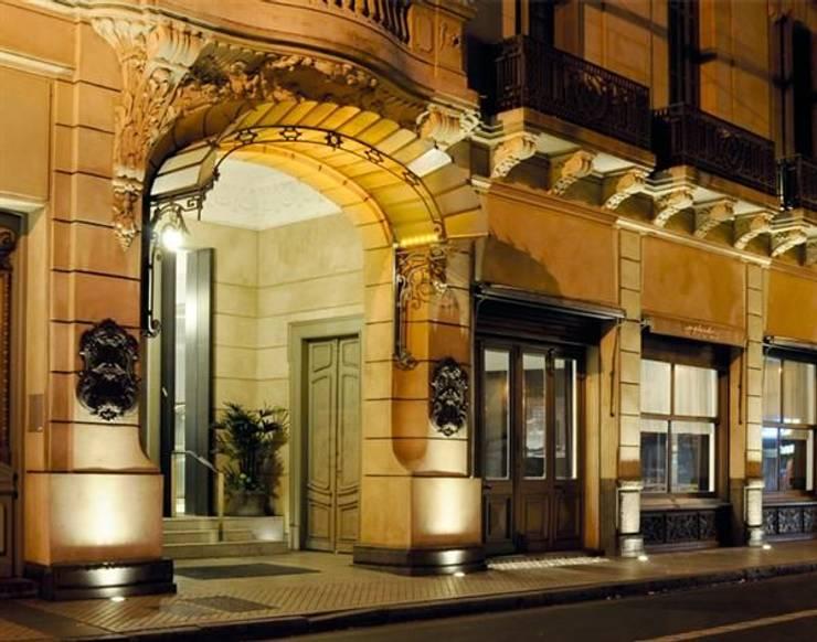 Embutidos de piso: Balcones y terrazas de estilo  por Griscan diseño iluminación
