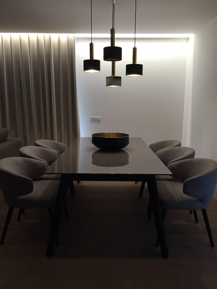 INTERIOR DESIGN: Salas de jantar  por PAULA NOVAIS ARQUITECTOS E DESIGN