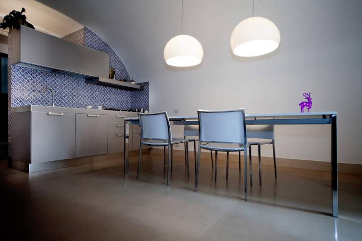 Realizzazioni: Sala da pranzo in stile in stile Moderno di antonio pelella + fabrizia costa cimino