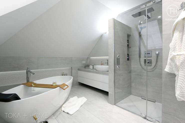 Bagno in stile in stile Moderno di TOKA + HOME