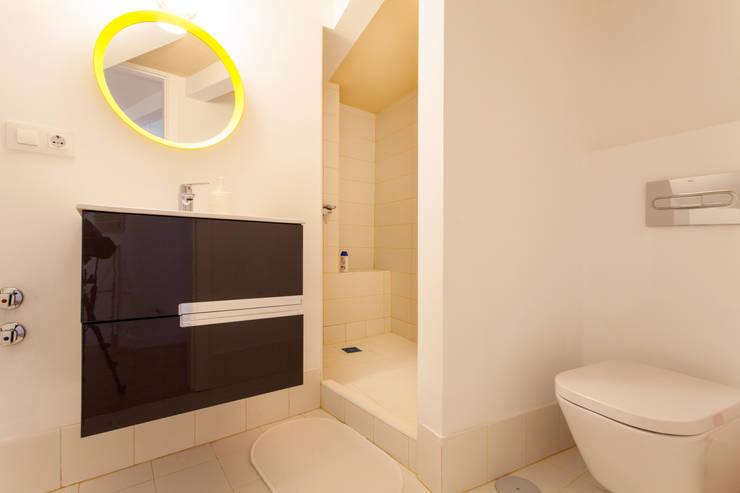 Apartamento dúplex: Baños de estilo  de Pablo Cousinou