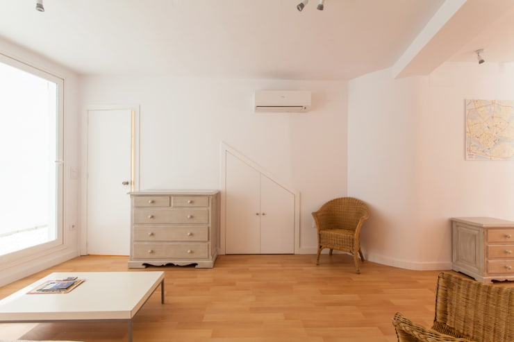 Apartamento dúplex: Salones de estilo  de Pablo Cousinou
