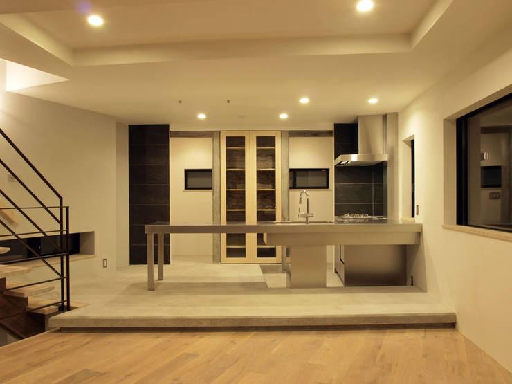 リビング階段の家: Egawa Architectural Studioが手掛けたリビングです。