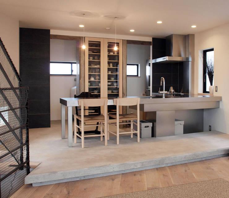 リビング階段の家: Egawa Architectural Studioが手掛けたダイニングです。