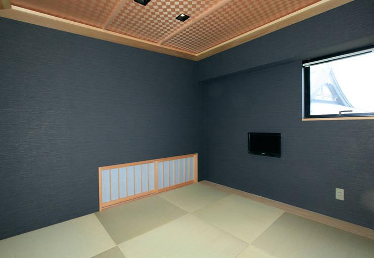 境内に建つ家: Egawa Architectural Studioが手掛けた壁です。
