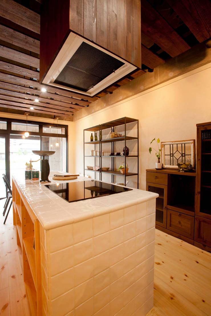 住宅ショールーム-材半建設: Egawa Architectural Studioが手掛けたオフィススペース&店です。,