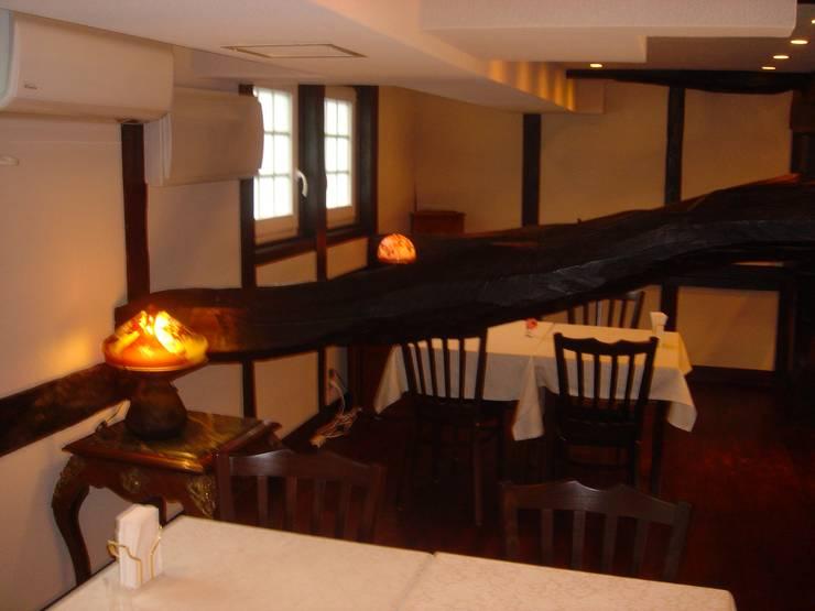 Interior: 2nd floor cafe space: カールベンクスアンドアソシエイト(有) Karl Bengs and Associates, Ltd.が手掛けたです。