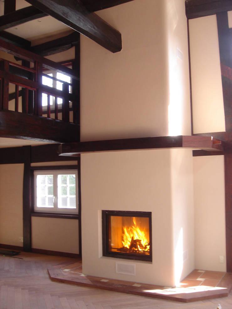 Interior: Fireplace: カールベンクスアンドアソシエイト(有) Karl Bengs and Associates, Ltd.が手掛けたです。