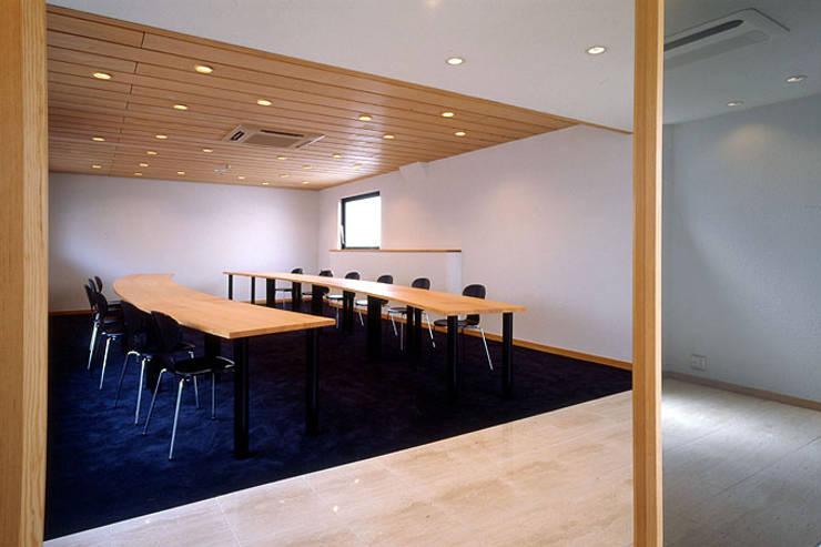ラウンジ: 松井建築研究所が手掛けたオフィスビルです。