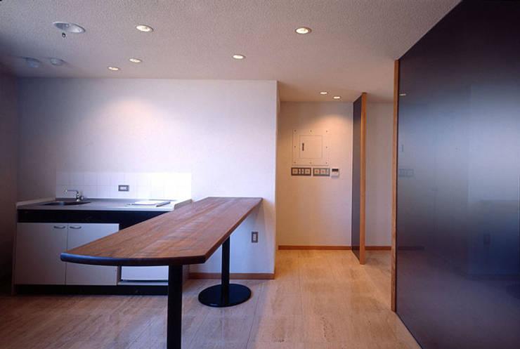 厨房、喫煙コーナー: 松井建築研究所が手掛けたオフィスビルです。