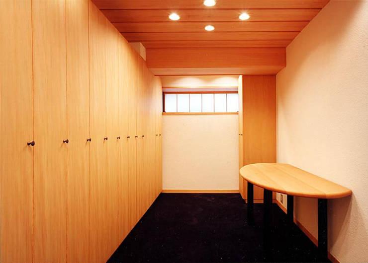 女子ロッカー室: 松井建築研究所が手掛けたオフィスビルです。