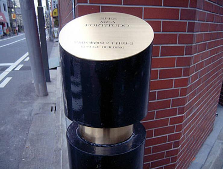 車止めポール: 松井建築研究所が手掛けたオフィスビルです。