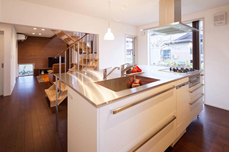 さくらんぼ駅前の家: 大類真光建築設計事務所が手掛けたキッチンです。