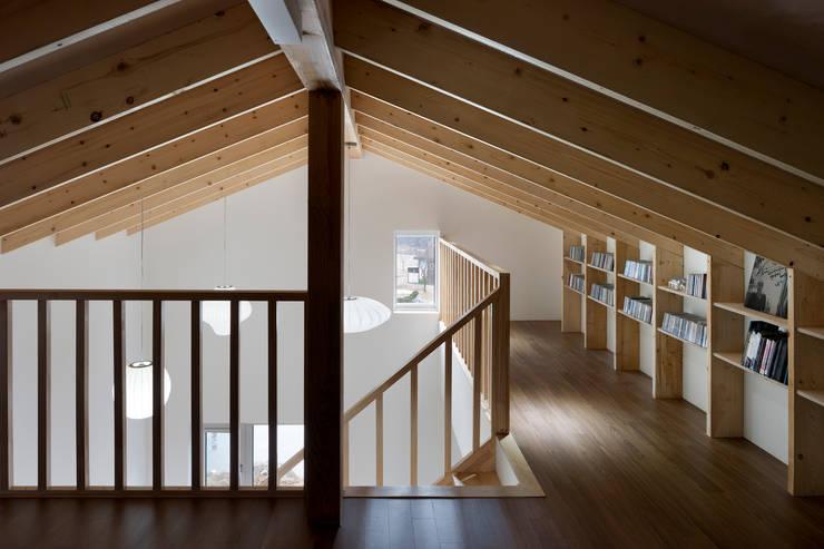 홍성주택: 위무위 건축사사무소의  복도 & 현관