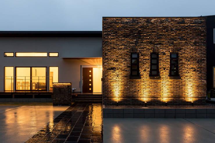 N邸新築: 株式会社 鳴尾工務店が手掛けた家です。,クラシック レンガ