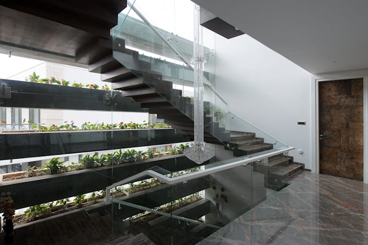 Cantilever House:  Corridor & hallway by NA ARCHITECTS,Modern