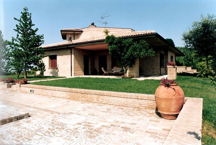ARCHITETTURA - CASA UNIFAMILIARE IN CESENA (FC): Case in stile in stile Moderno di Studio Architettura e Design Arch. Massimo Rovereti