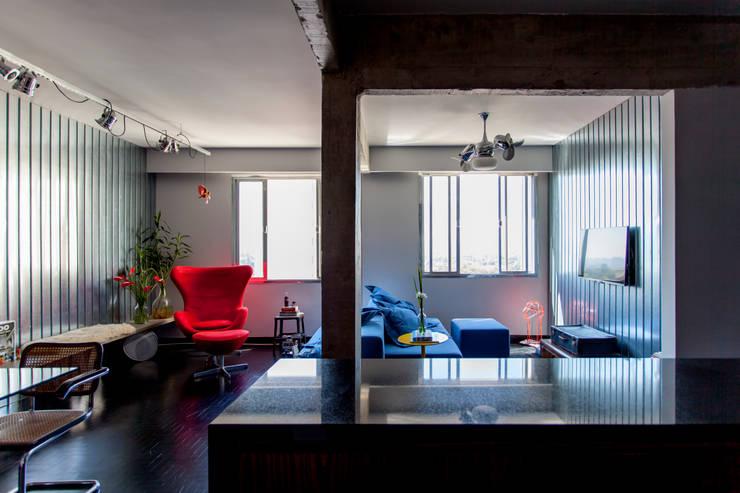 APARTAMENTO CERQUEIRA CESAR: Salas multimídia  por Tria Arquitetura