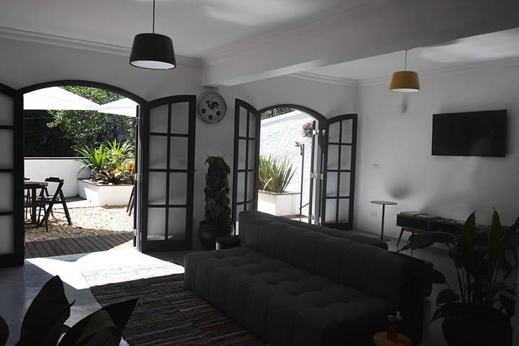 HOSTEL VILA MADALENA: Salas de estar  por Tria Arquitetura