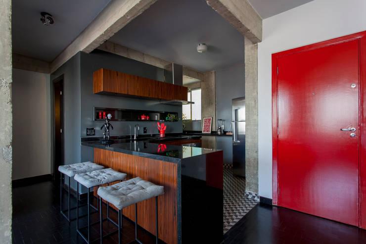 APARTAMENTO CERQUEIRA CESAR: Cozinhas  por Tria Arquitetura