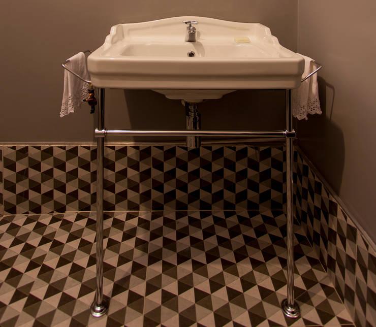 APARTAMENTO CERQUEIRA CESAR: Banheiros modernos por Tria Arquitetura