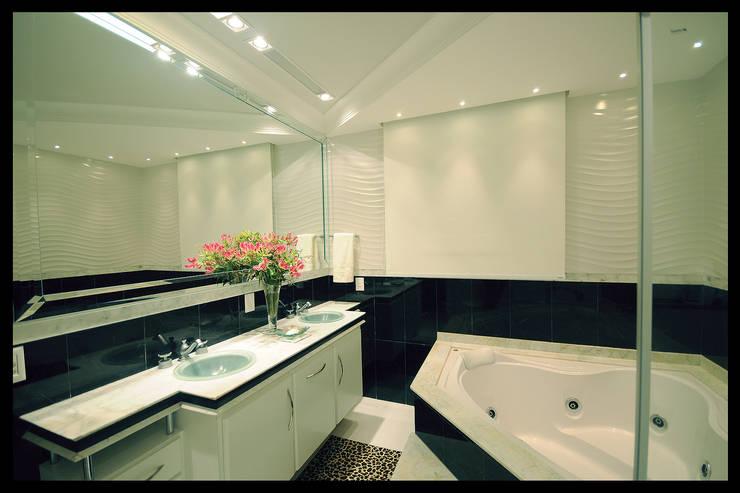 Design de Interiores – Apartamento Cobertura : Banheiros  por Luciano Esteves Arquitetura e Design