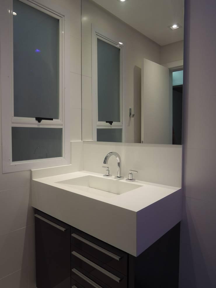 Banheiro social: Banheiros  por Tatiana Junkes Arquitetura e Luminotécnica,Moderno Quartzo