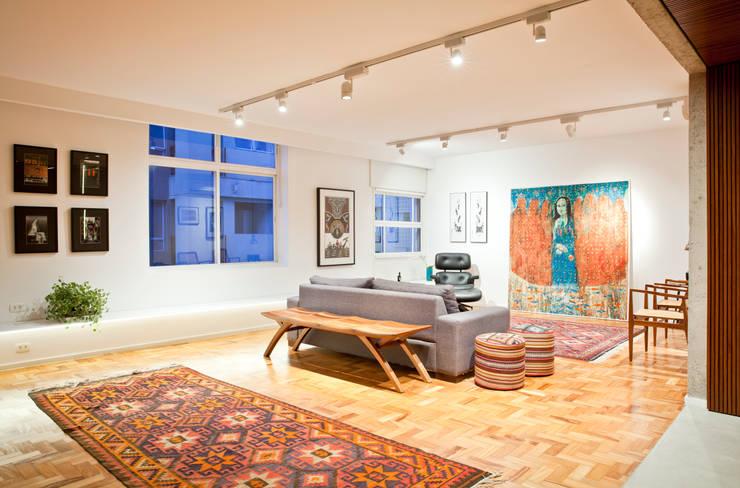 APARTAMENTO JARDINS: Salas de estar  por Tria Arquitetura