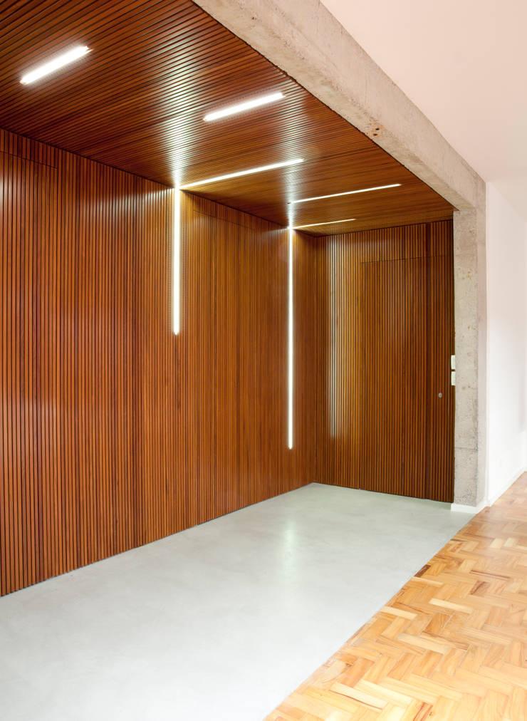 APARTAMENTO JARDINS: Janelas   por Tria Arquitetura