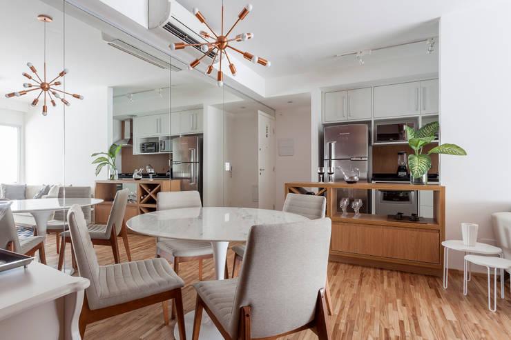 APARTAMENTO MICHIGAN: Salas de jantar  por Tria Arquitetura