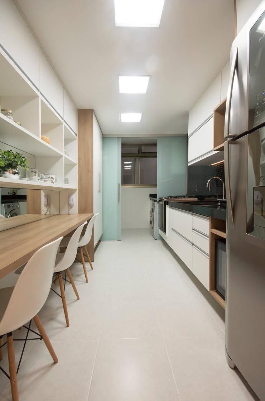 (2015) Apartamento Santa Rosa: Cozinhas  por Escritório Ana Meirelles