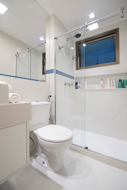 (2015) Apartamento Santa Rosa: Banheiros  por Escritório Ana Meirelles