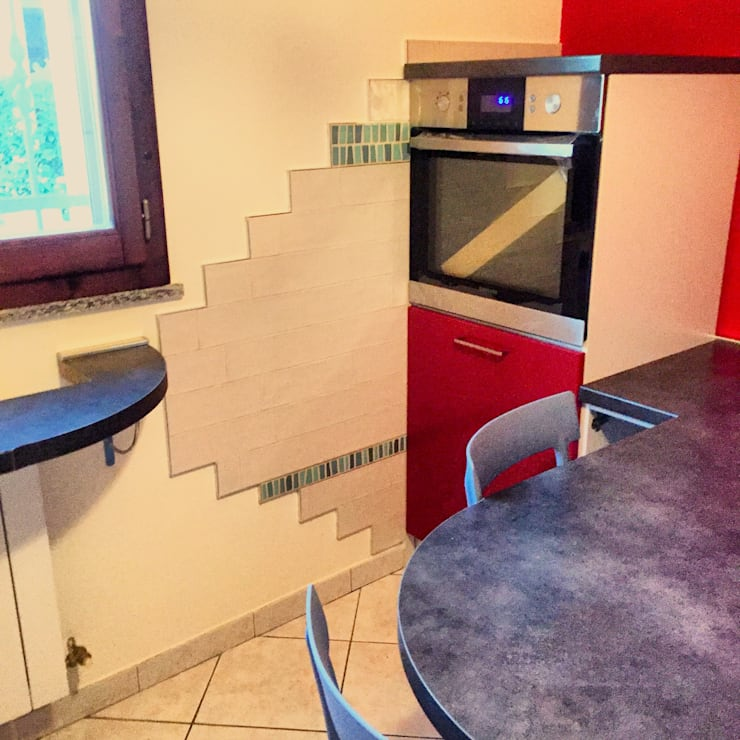 Zona Forno Con piastrelle decorative: Cucina in stile  di Arreda Progetta di Alice Bambini